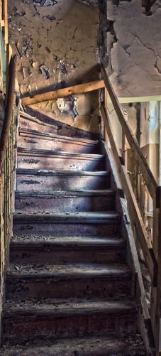 wallario selbstklebende premium t rtapete treppe in einem alten haus stufen holz ebay. Black Bedroom Furniture Sets. Home Design Ideas