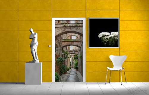 selbstklebende t rtapete gr ne italienische gasse mit alten b gen. Black Bedroom Furniture Sets. Home Design Ideas