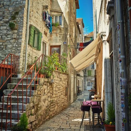 glasbild romantische gasse in kroatien mitten in der stadt. Black Bedroom Furniture Sets. Home Design Ideas